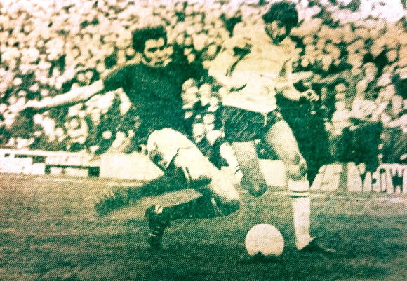 Dave Reid nips in and robs Ian Mellor as he streaks forward.